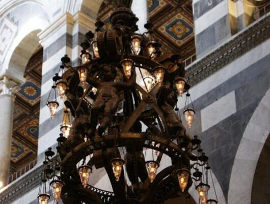 Чем знаменита люстра Пизанского собора?